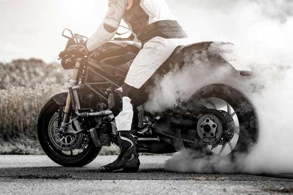 wilder Motorradfahrer lässt die Reifen bei einem Burnout durchd